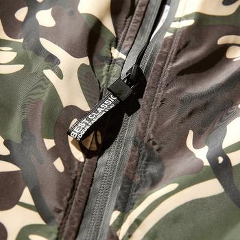 Αθλητικό ανδρικό μπουφάν σε χρώμα καμουφλάζ, κατάλληλο για το  φθινόπωρο