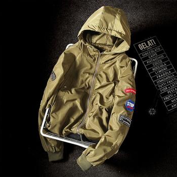 Άνετο ανδρικό μπουφάν σε τρία χρώματα με εφαρμογές και κουκούλα κατάλληλο για το φθινόπωρο