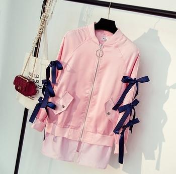 Κομψό γυναικείο μπουφάν για το φθινόπωρο με επιγραφή στην πλάτη ακι κορδόνια στα μανίκια