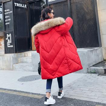 Μακρύ και φαρδύ χειμωνιάτικο γυναικείο μπουφάν με  γούνα στη κουκούλα