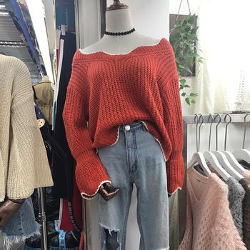 Стилен плетен дамски пуловер в свободен стил с широко деколте