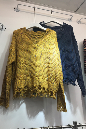 Плетен дамски пуловер с V-образно деколте в два цвята