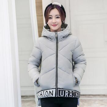 Спортно дамско зимно яке в широк модел с надписи и качулка