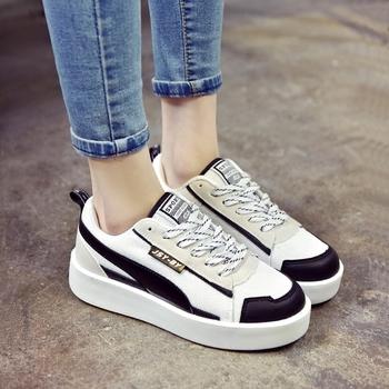 0247045e674 Σπορ-κομψά γυναικεία αθλητικά παπούτσια σε μαύρο και άσπρο χρώμα ...