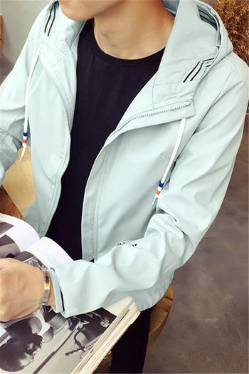 Αθλητικό φθινοπωρινό ανδρικό μπουφάν  με κουκούλα κατάλληλο για τη καθημερινή ζωή