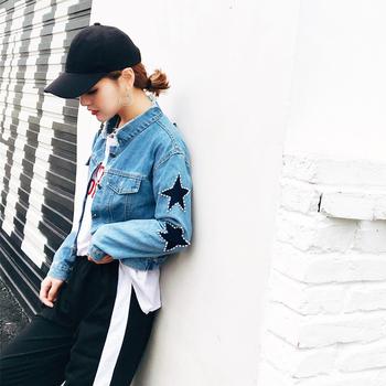 Κομψό γυναικείο τζιν  μπουφάν με διακοσμητικά αστέρια και πέτρες