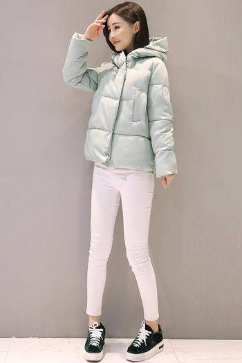 Спортно късо дамско яке в свободен стил и с качулка
