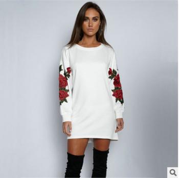 b35a47e60975 Σπορ-κομψό γυναικείο φόρεμα με κεντήματα στα μανίκια