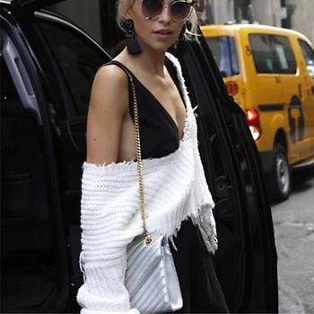 Интересен дамски пуловер с дълбоко деколте, в широк модел