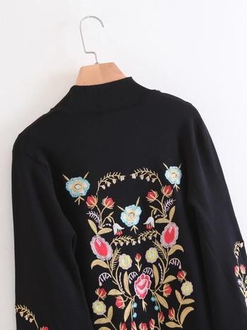 Актуален дамски пуловер с интересен десен в широк модел
