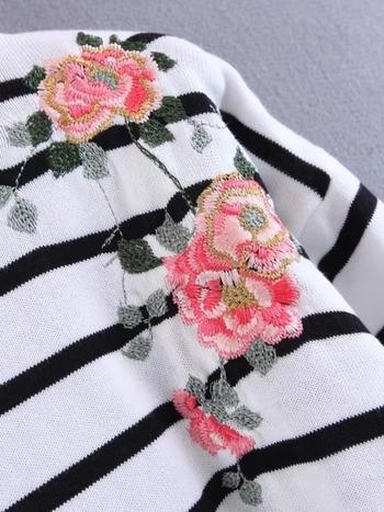 Ежедневен дамски пуловер на райе с флорална декорация