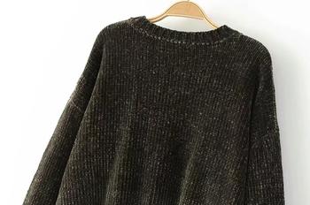 Плетен дамски пуловер в изчистен дизайн, подходящ за ежедневие