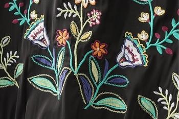 Αθλητικό-κομψό γυναικείο μπουφάν με μαύρο χρώμα με κεντήματα στην πλάτη