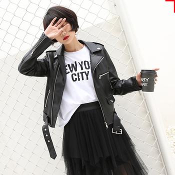 Κομψό γυναικείο δερμάτινο μπουφάν σε μαύρο χρώμα, κατάλληλο για το φθινόπωρο