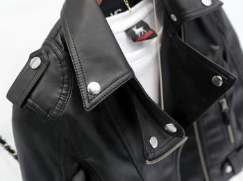 Есенно дамско яке в черен цвят от еко кожа