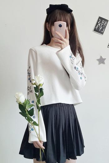 Ежедневен дамски пуловер с бродерия на ръкавите