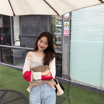 Красив цветен дамски пуловер с голи рамене в широк модел