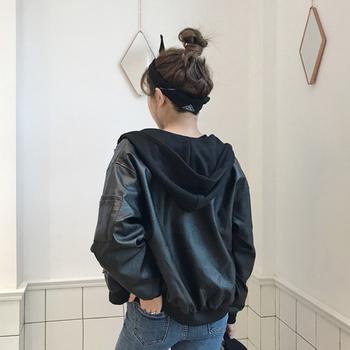 Стилно дамско бомбър яке от еко кожа с качулка