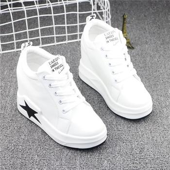 Високи дамски обувки с висока подметка в бял и черно-бял вариант