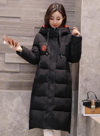 Μοντέρνο μακρύ γυναικείο μπουφάν με ζεστή επένδυση και πρακτική κουκούλα