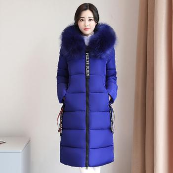 Κομψό σπορ-κομψό γυναικείο μπουφάν με όμορφη γούνα στο κολάρο