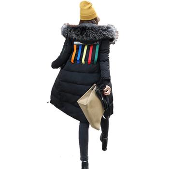 Актуално и много стилно дамско дълго зимно яке с шарена апликация на гърба и пух по качулката