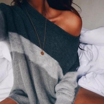 Много топъл и мек дамски пуловер с паднало голо рамо