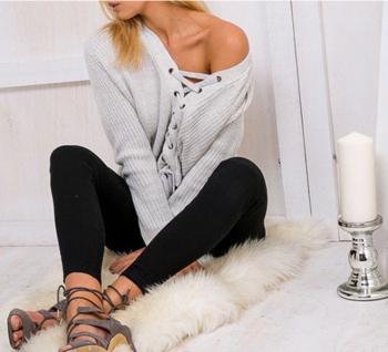Актуален женски пуловер с стилни кръстосани връзки