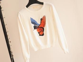 Къс дамски пуловер с О-образна яка и шарен бродиран принт