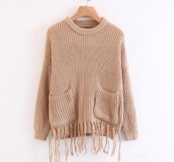 Семпъл дамски пуловер с О-образна яка и много интересни висящи реснички