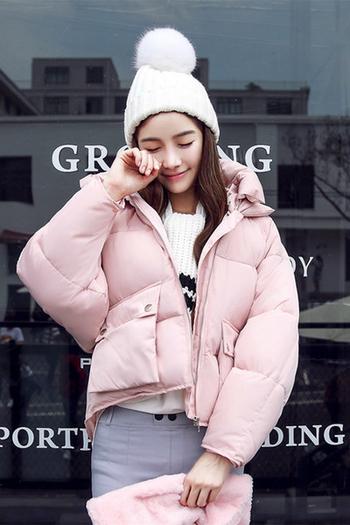 Σύντομο χειμερινό γυναικέιο μπουφάν με μεγάλες άνετες τσέπες και  κουκούλα