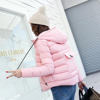 Κομψό γυναικείο μπουφάν με ενδιαφέρουσες διακοσμητικές τσέπες και πρακτική κουκούλα