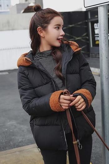 Спортно-елегантно дамско яке с плюшена качулка