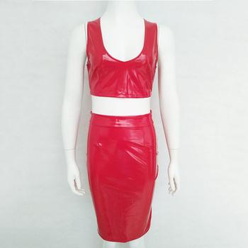 Дамски лачен комплект от две части включващ елегантен потник и къса пола с висока талия
