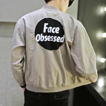 Ανδρικό μπουφάν με απλό φερμουάρ και επιγραφή στην πλάτη σε γκρι και μαύρο χρώμα