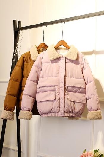 Ένα ζεστό γυναικείο μπουφάν σε τέσσερα χρώματα
