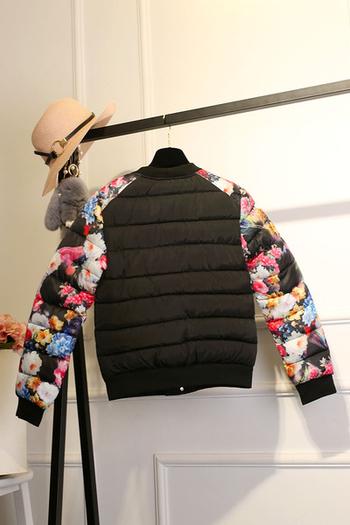 Χειμερινό  γυναικείο μπουφάν σε μαύρο χρώμα με floral μοτίβα σε μανίκια
