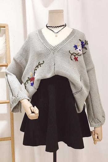 Дамски плетен пуловер с V-образно деколте в два цвята с бродерия