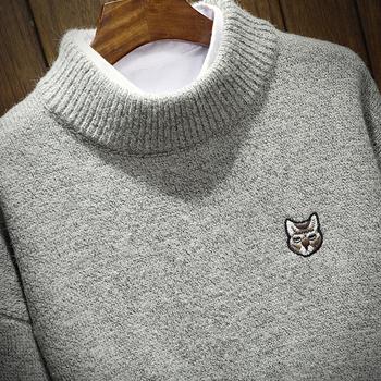96788754386 Актуален мъжки вълнен пуловер с апликация и полувисока О-образна хлабава яка