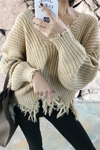 Спортно-елегантен дамски пуловер с ресни и  с V-образно деколте в бял,черен и бежав цвят