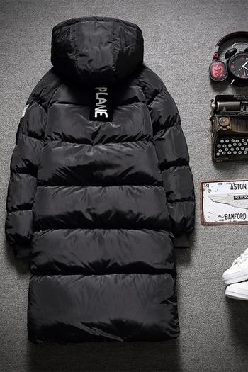 f0c2d02b942e Ανδρικό μακρύ μπουφάν με κουκούλα γεμάτο με μαλακό χνούδι σε μαύρο χρώμα