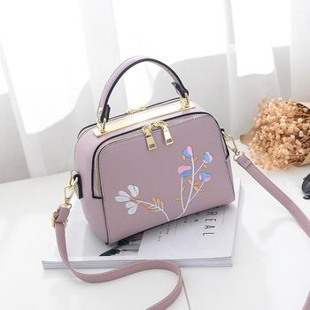 e04ddb8b13 Κομψή γυναικεία τσάντα με μεγάλο λουράκι ώμου και μοντέρνα λουλούδια  κεντήματος