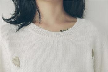 Мек пуловер с сладки апликации на сърца в два цвята