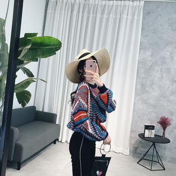 Много шарен дамски пуловер широк и скъсен модел